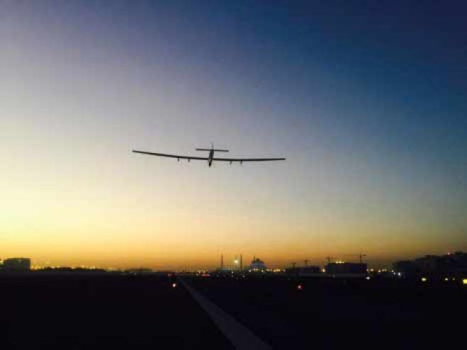 Decolla  Solar Impulse 2 il velivolo a energia solare. VIDEO